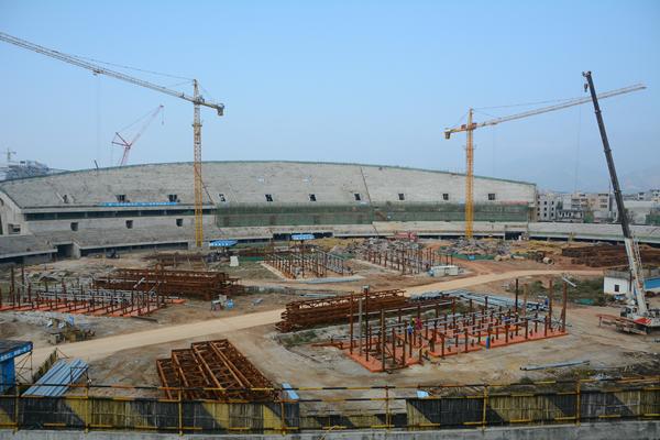 目前主体育场钢结构已经全面开启了东看台管桁架地面拼装工作,现西看