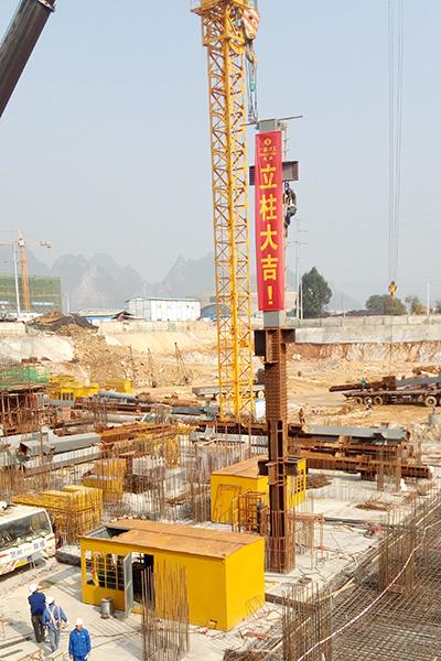 桂东广场首根钢梁吊装完成正式进入钢结构主体吊装阶段
