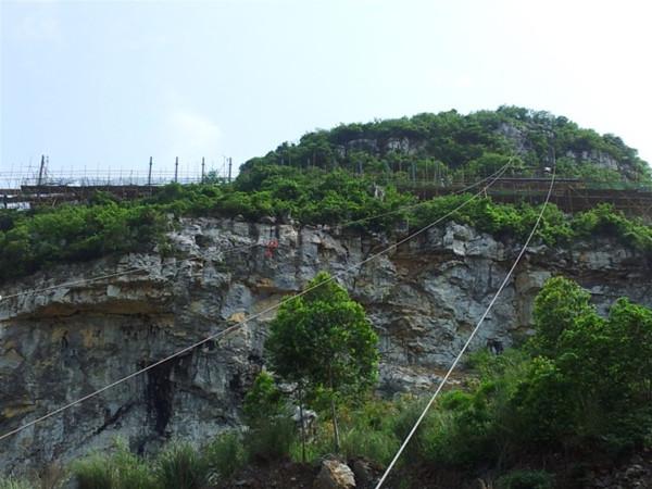 柳州东出入口山顶钢结构公益广告牌工程胜利竣工