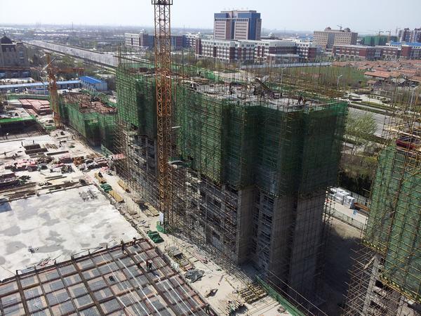 图为:烟台万豪伊顿项目繁忙的施工现场; 薛城湖景花园户型图; 龙口